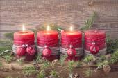 Vier rote Weihnachtskerze