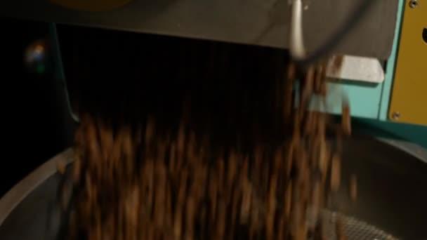 a kávé kemencéből hűtőgépbe történő kirakodásának folyamata