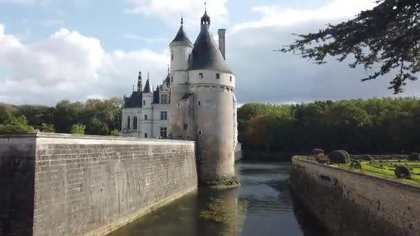 15. října2019. Chateau De Chenonceau je francouzský zámek přes řeku Cher