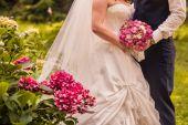 Fényképek Menyasszony és a vőlegény gazdaság menyasszonyi csokor közelről