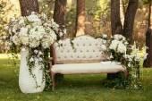 Fotografie Luxus-Hochzeitsdekoration mit Bank, Kerze und Blumen compis