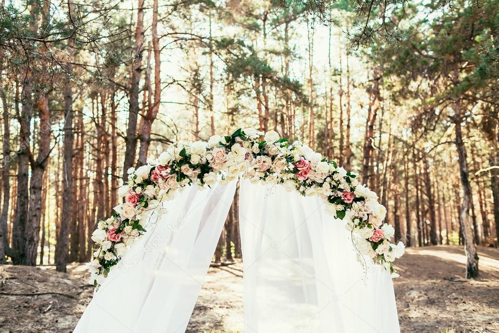 Hochzeit Bogen Mit Blumen Befindet Sich Im Wald Auf Hochzeitsfeier