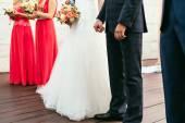 nevěsta svatební kytici držet ženich rukou na svatební obřad