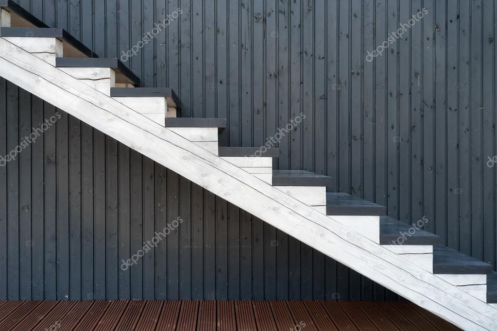 Weiße Holztreppe weiße holztreppe an der hintergrundwand stockfoto victor dva