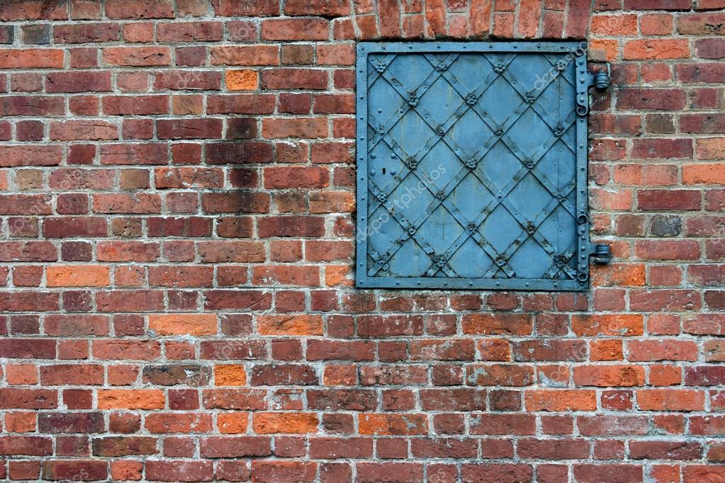 pared de ladrillo con una antigua puerta de metal — Foto de stock ...