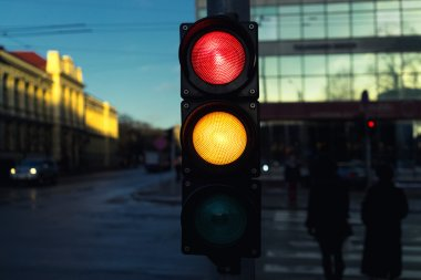 Traffic lights at the crossroads of the winter evening