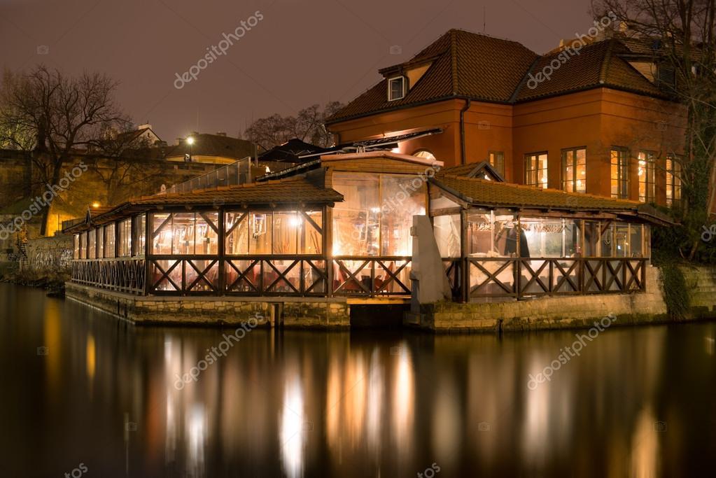 Restaurants In Huizen : Huizen en restaurants aan de oever van de rivier vltava in praag