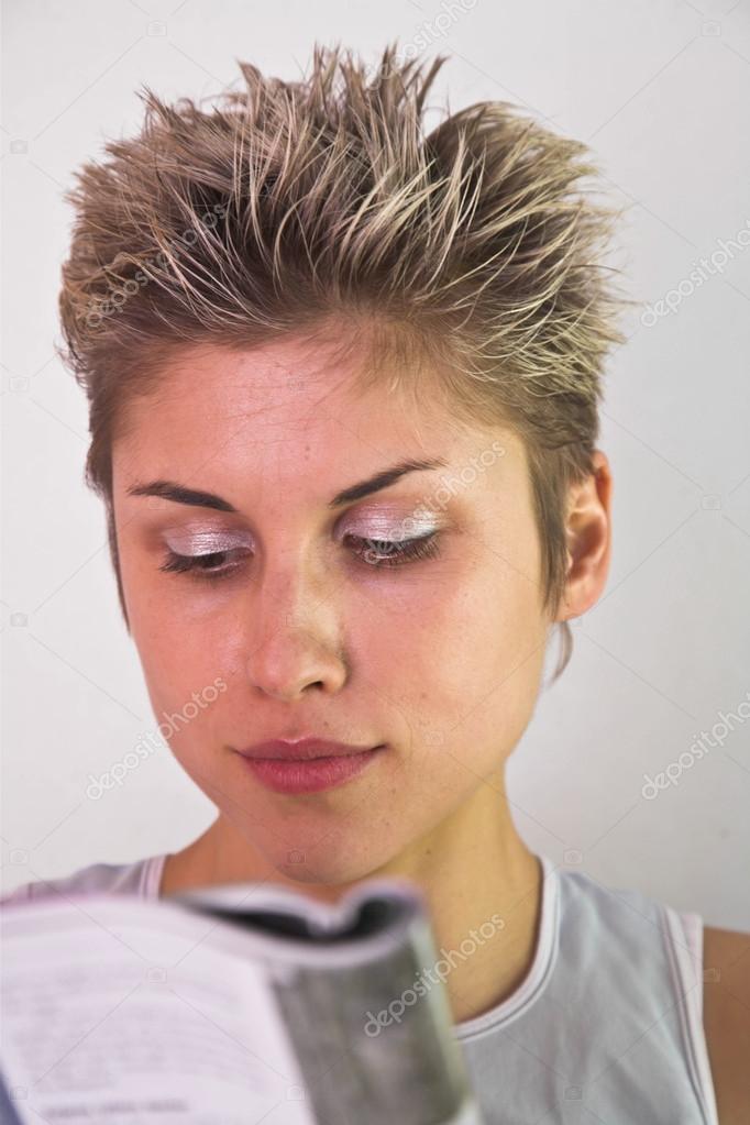 Populair kort haar vrouw binnen — Stockfoto © jeancliclac #100287802 &NW16