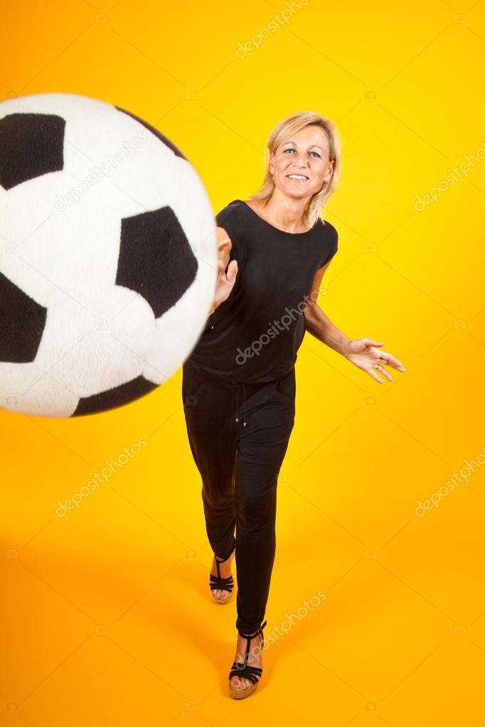 mujer jugando con una pelota de fútbol — Foto de stock © jeancliclac ... 803b1d8ebda01