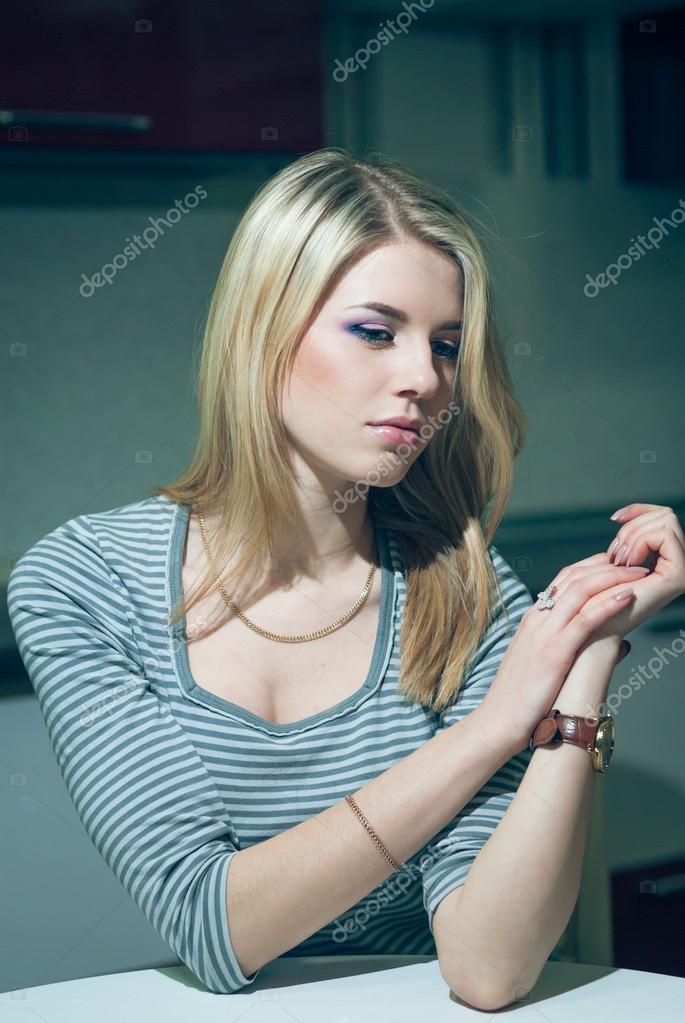 Junge Frau wartet neben dem Telefon auf eine Nacht-Küche — Stockfoto ...