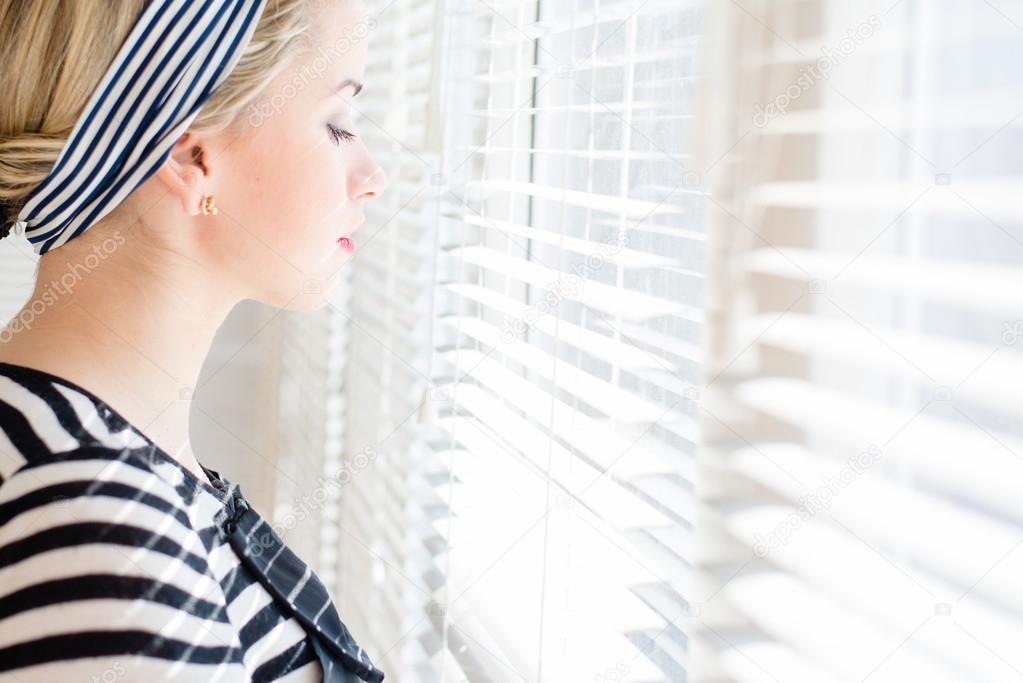 Картинки девушек блондинки смотрят в окно фото 280-486