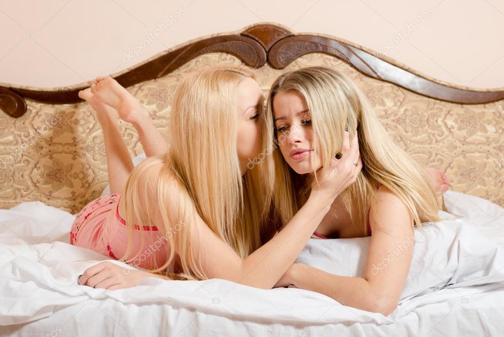 девушка затащила подругу в койку начал осмотр прощупывания