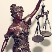 Közelkép kép lady igazságügyi vagy themis holding skála bekötött szemű, fehér háttér