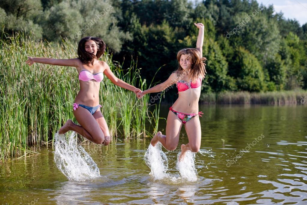 Подруги на реке, порно видео красные стринги
