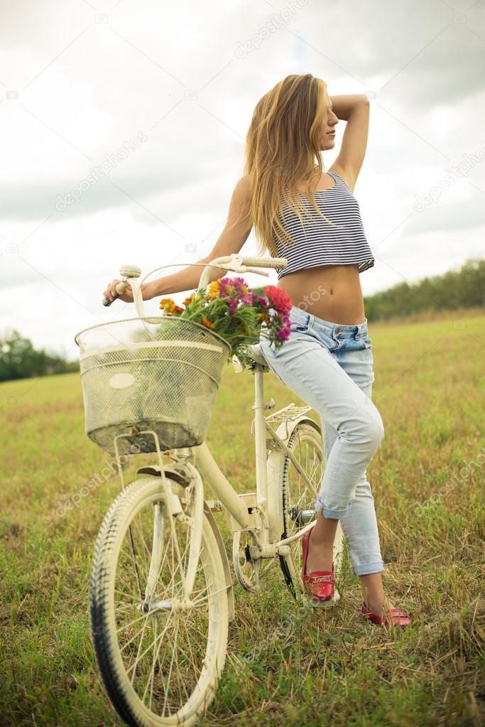 Ragazza in piedi con una bicicletta in campo foto stock for Piani di fattoria sotto 2000 piedi quadrati