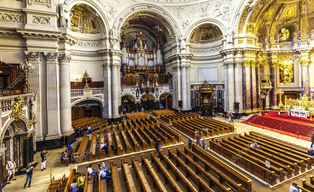 Menschen Besuchen Im Berliner Dom Von Innen Redaktionelles