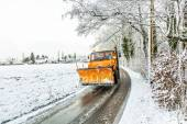 Fotografie Schneepflug löscht Straßen von Schnee und abgefallener Baum