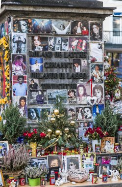 people remember Michael Jackson with cards and letters at the st