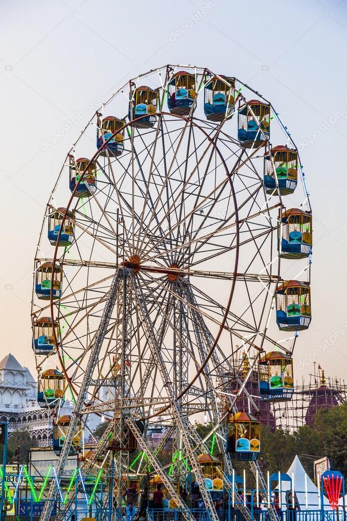 Die Menschen Genießen Das Riesenrad Im Freizeitpark In Delhi Her