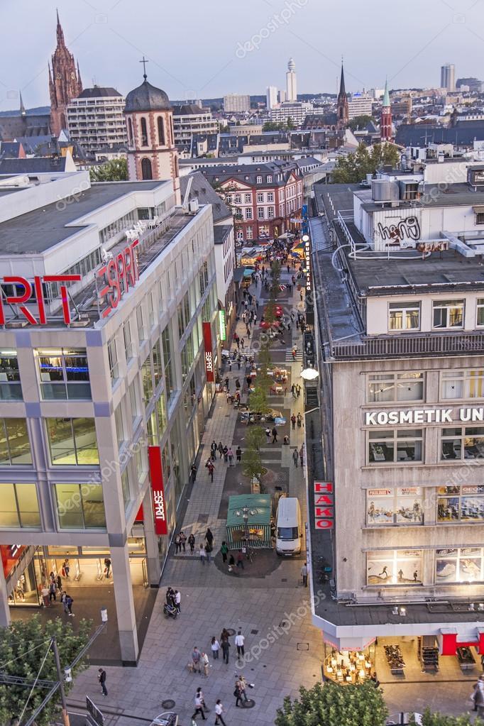 Menschen, die entlang der Straße der Zeil in Frankfurt am Main ...