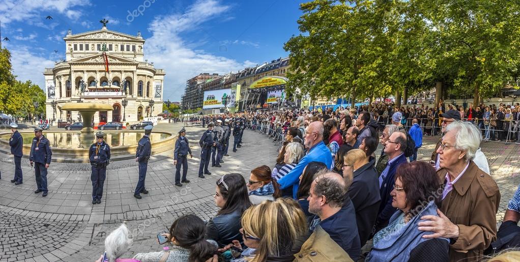 Menschen Warten Auf Die Politiker Vor Der Alten Oper I