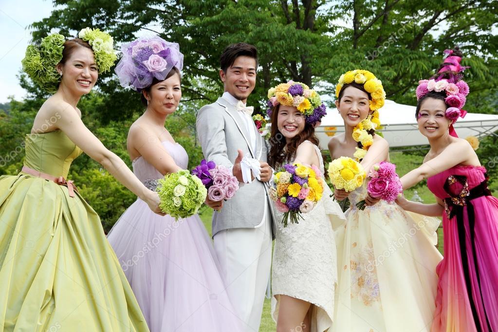 6e0c329fecb2 Modelli giapponesi giovani presentarsi Abito da sposa — Foto ...
