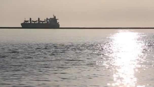 Teherszállító hajó a tenger, naplemente