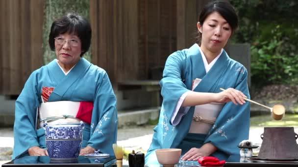 Japonský zelený čaj obřad v zahradě