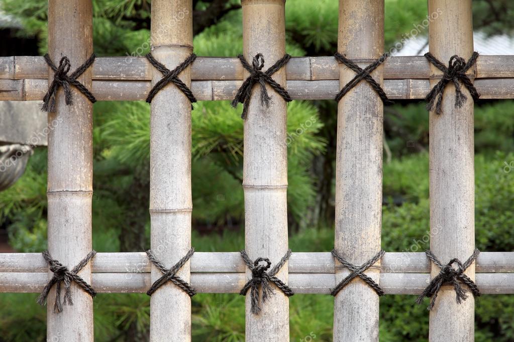clôture de bambou dans un jardin japonais — Photographie akiyoko74 ...