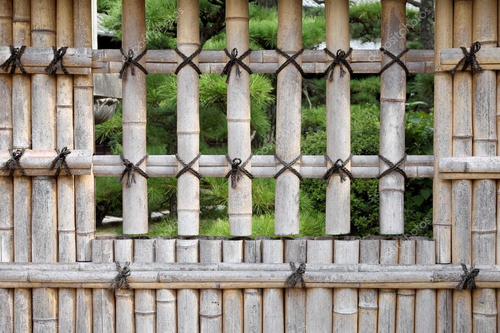 gros plan d\'une clôture de bambou — Photographie akiyoko74 © #88642902