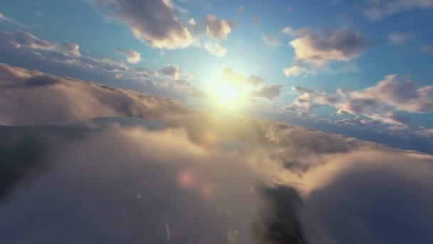 Letadlo Cessna létající nad mraky při západu slunce