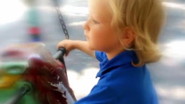 Malý chlapec v karuselu, zasněná