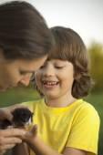 Fotografie Šťastné dítě s kotětem