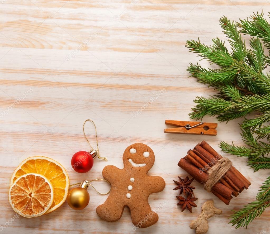 Lebkuchen-Weihnachtsbaum und Geschenke auf Tisch — Stockfoto ...