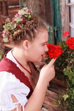 Dirndl kokusu bir Sardunya, genç bir kadın portresi
