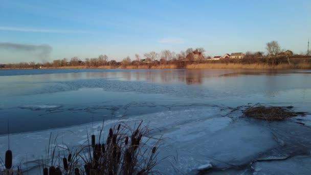 wunderschöner Winterabend auf dem Fluss. Island im Winter Luftaufnahmen des Flusses, atemberaubender Sonnenuntergang und Nebel. Winterlandschaft mit einem Fluss. Im Frühling schmilzt das Eis. Tauwetter auf dem Wasser.