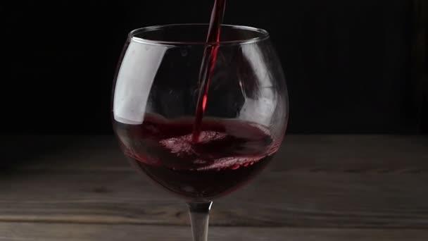 vino rosso, versando nel bicchiere