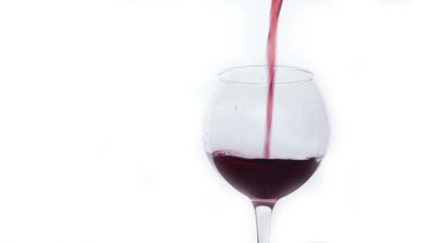 Nalil do sklenice červené víno. Bílé pozadí