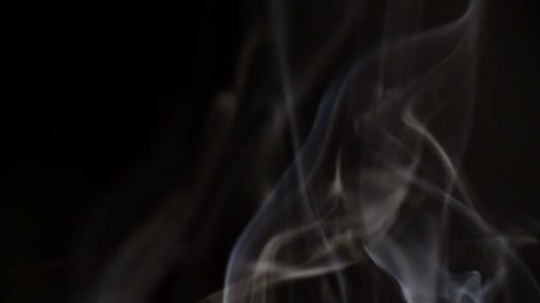 Kouř na černém pozadí.