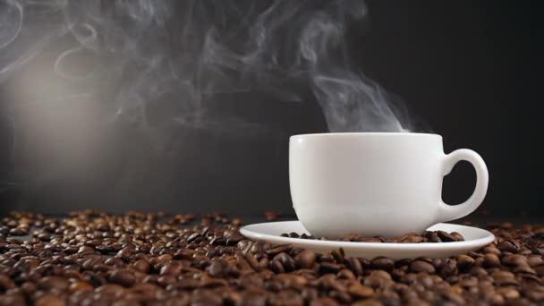 pohár s horkým nápojem na pražených kávových zrn. Dolly zastřelil