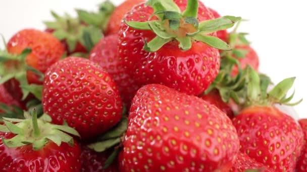 Čerstvé, zralé a šťavnaté jahody otočit