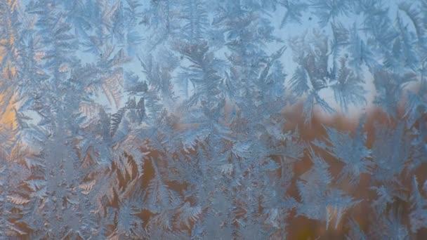 Frostige Eisblumen am Fenster, Eiskristall im Makro