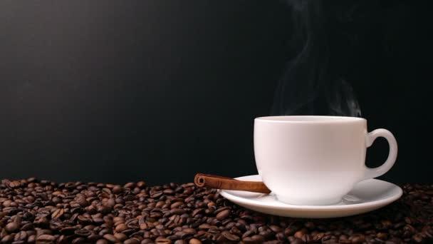Tasse Kaffee auf schwarzem Hintergrund