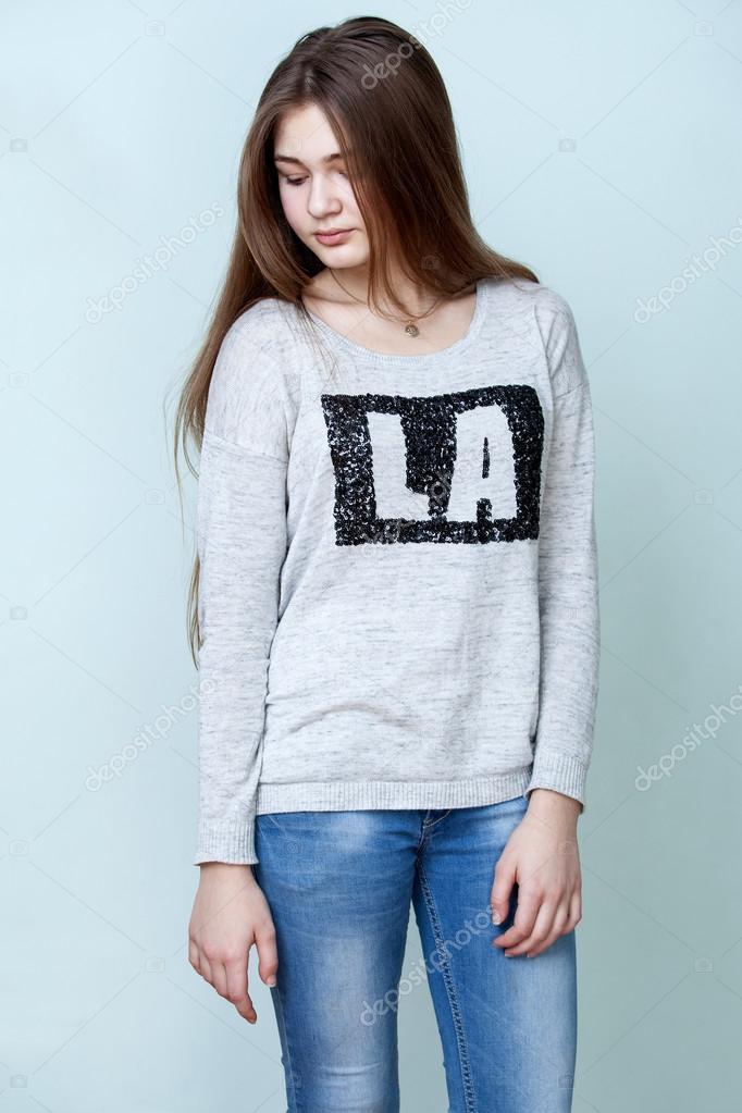c772168176 Chica adolescente en vaqueros y camisa gris — Fotos de Stock ...