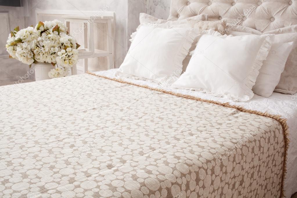 Hautnah Weisse Bett Mit Tagesdecke Und Kissen Blumen Hinter