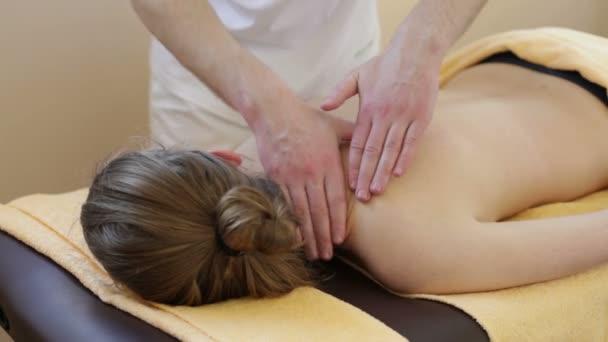 Masszázs. Kézi terapeuta kezeli a nyak nő