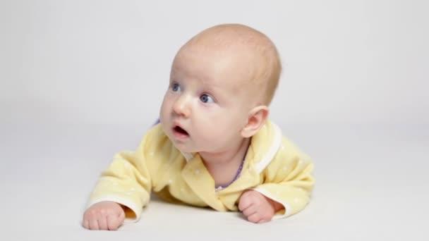 Aranyos baba feküdt a hasa sárga póló