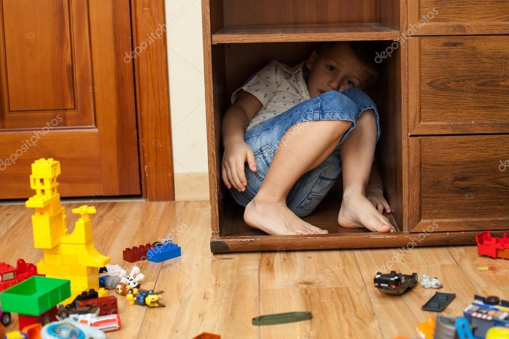 парень прятался в шкафу когда девушка с короткой стрижкой шел