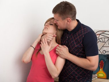 The husband wants to strangle his wife