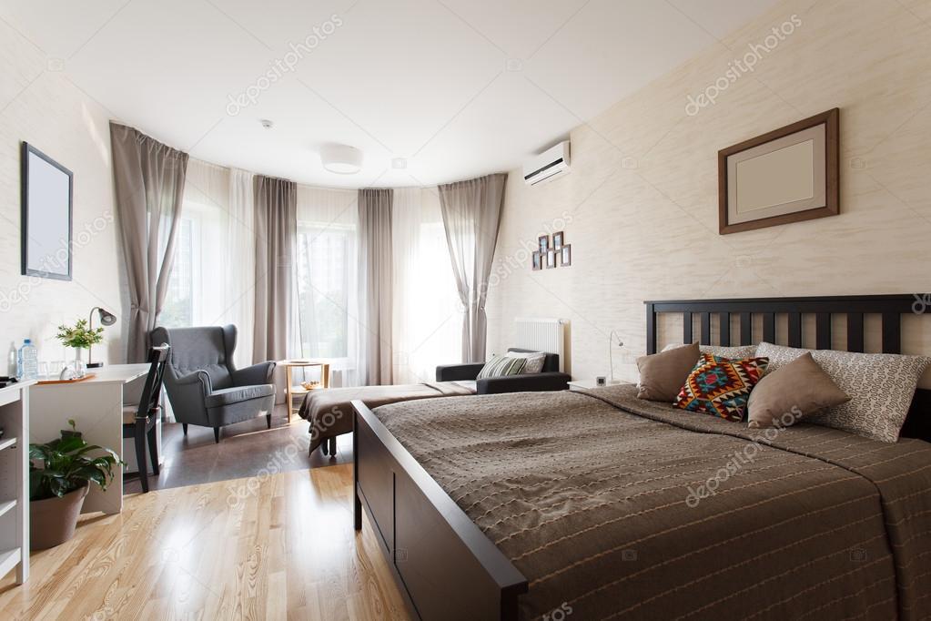 Scandinavische slaapkamer met groot raam — Stockfoto © yuryRumovsky ...